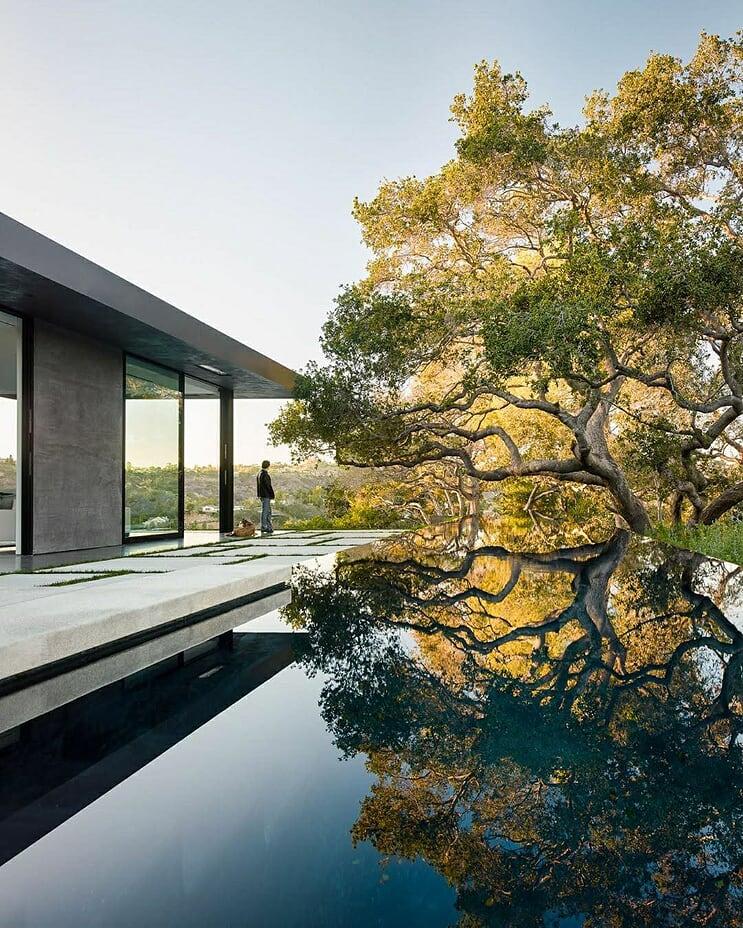 Villa jouxtant une piscine arborée