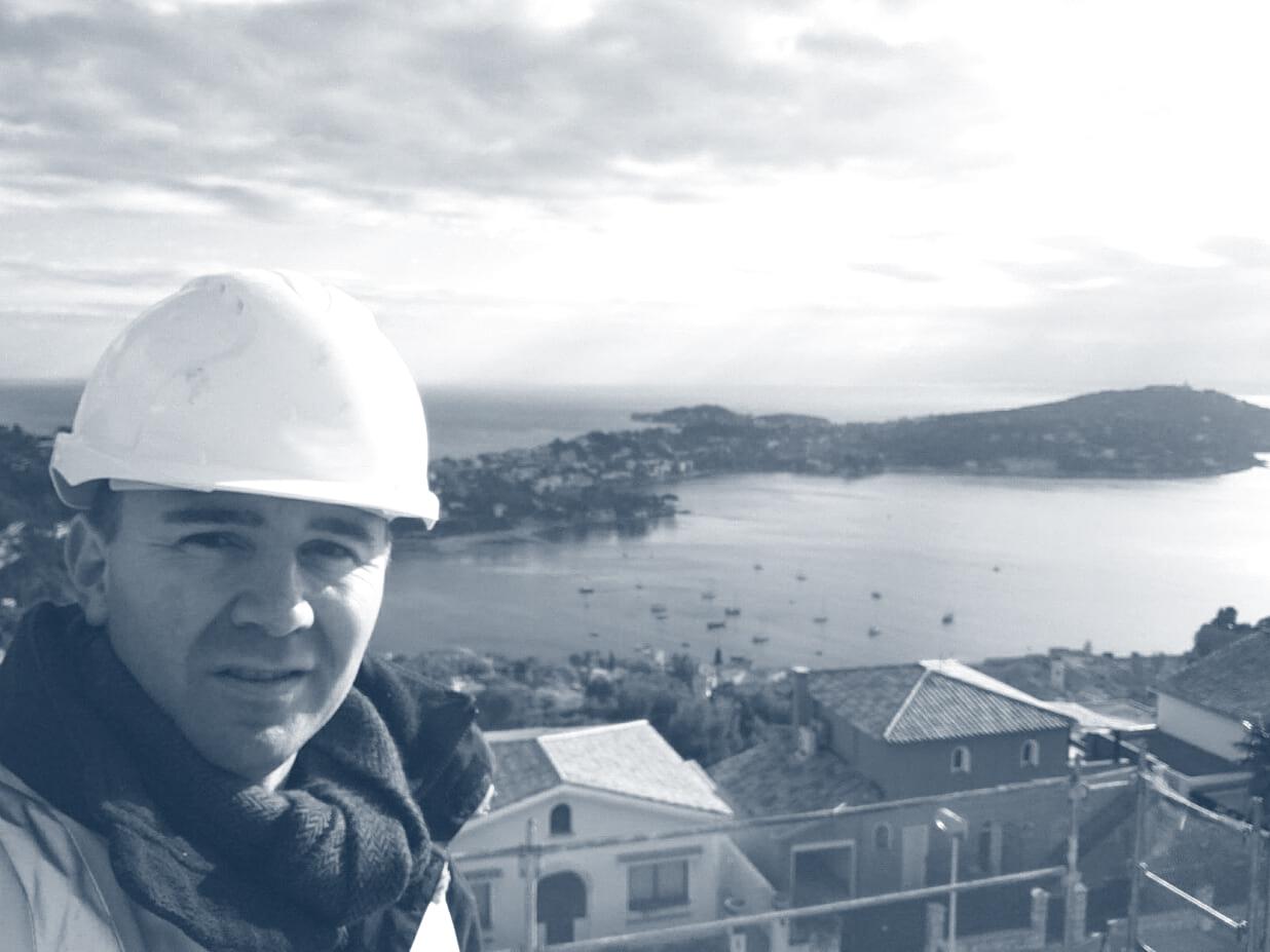 Ouvrier devant la mer